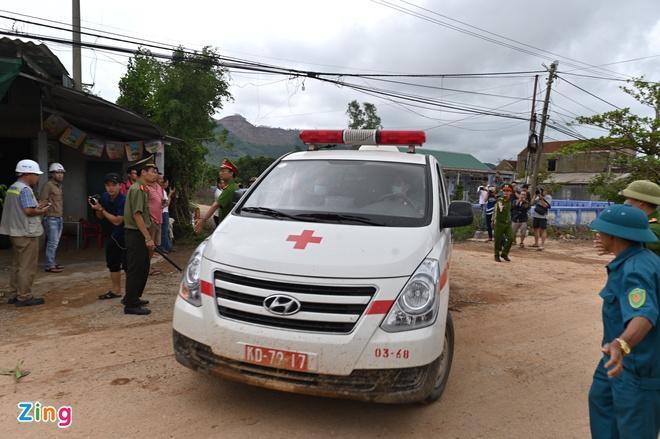 Xe cứu thương đưa nạn nhân về bệnh viện quân đội.