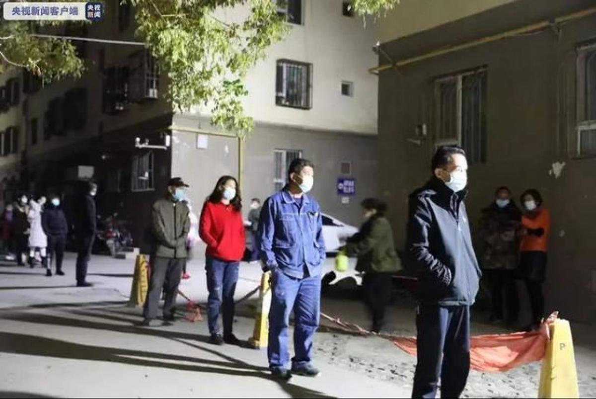 Người dân Kashgar đi xét nghiệm Covid-19 ngay trong đêm. Nguồn: CCTV
