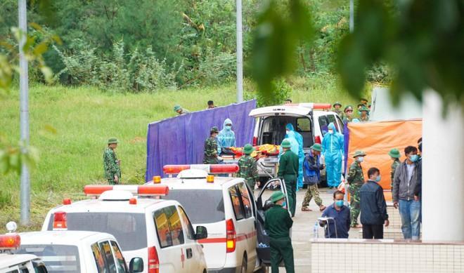 Thi hài 22 cán bộ, chiến sĩ Đoàn 337 hy sinh khi làm nhiệm vụ đã đươc đưa về Nhà thi đấu đa năng tỉnh Quảng Trị