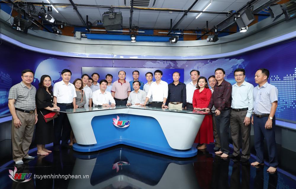 Đoàn công tác thăm và chụp ảnh lưu niệm tại Studio Minh Hồng - Studio sản xuất các bản tin thời sự của Đài.