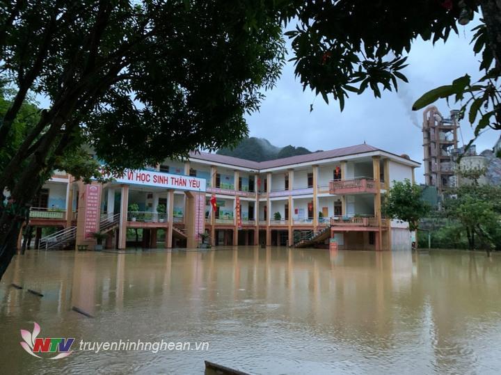 Trường Tiểu học Hội Sơn (cơ sở 2), huyện Anh Sơn bị ngập sáng nay.