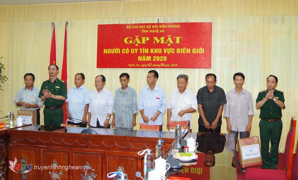 Bộ chỉ huy BĐBP tỉnh tặng quà cho người có uy tín KVBG