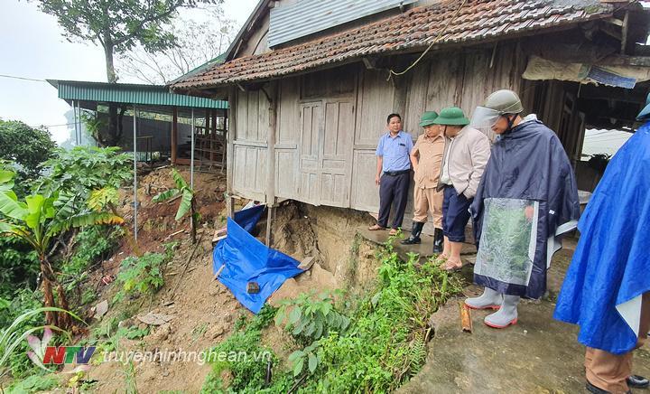 Một hộ dân tại bản Khánh Thành xã Nậm Cắn bị đất đá sạt lở gây ảnh hưởng nghiêm trọng đến ngôi nhà.
