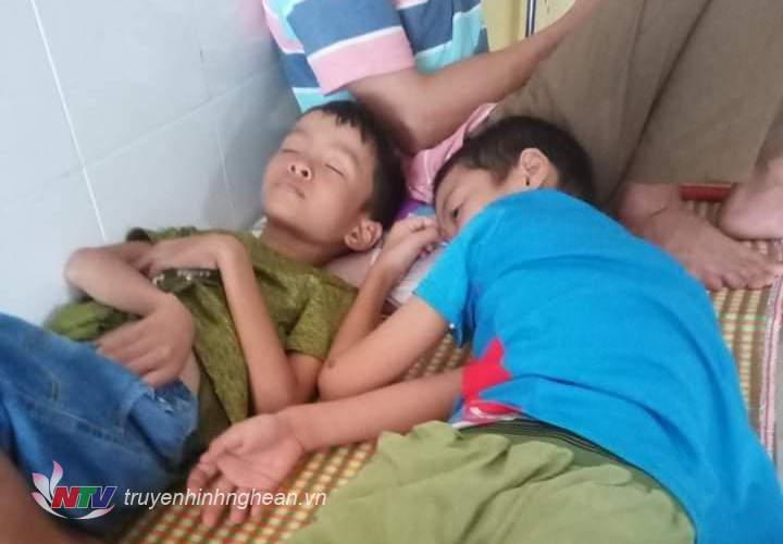 2 con trai của cô Trần Thị Hương bị lên cơn co giật không rõ nguyên nhân.