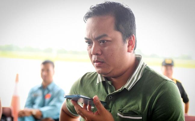 Anh Công Nam (đại diện chủ đầu tư thủy điện A Lin B2) nhận điện thoại của công nhân ở thủy điện A Lin B2.