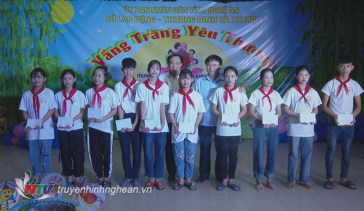 Phó Chủ tịch UBND tỉnh Bùi Đình Long và Giám đốc Sở Lao động - Thương binh và Xã hội