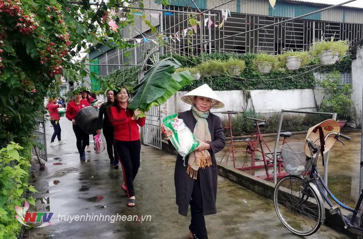 Bà con thôn Cầu Bùng, Diễn Kỷ quyên góp nguyên liệu gói bánh chưng ủng hộ đồng bào miền Trung