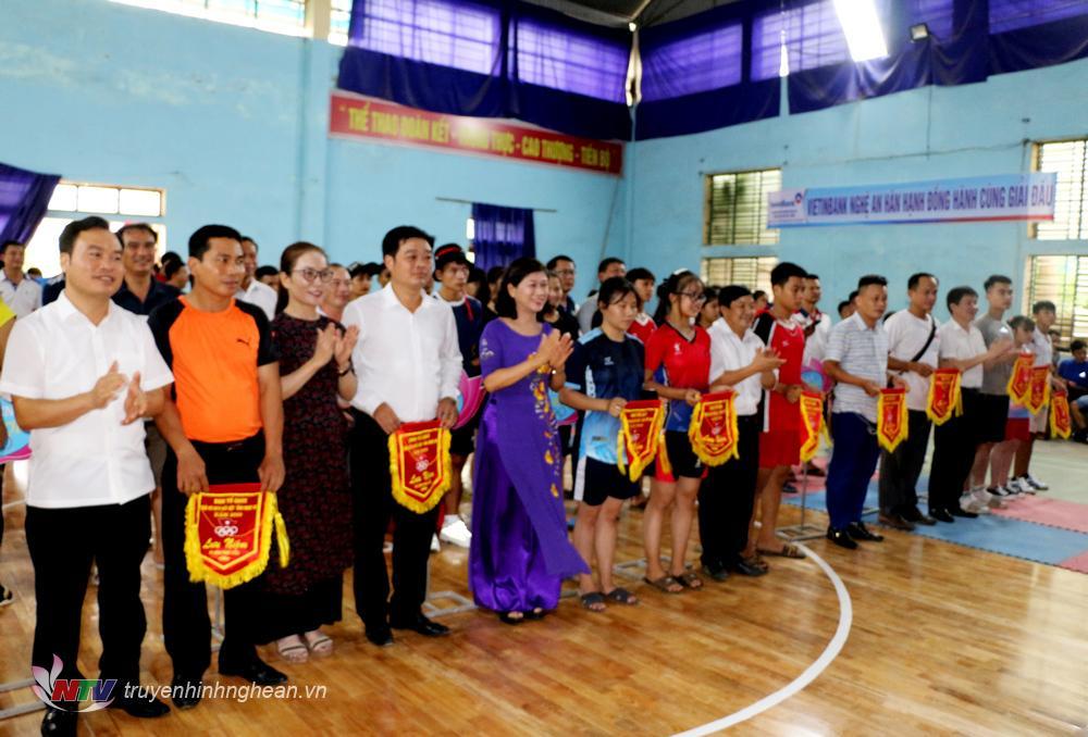 BTC trao cờ lưu niệm cho các đoàn tham gia giải đấu.