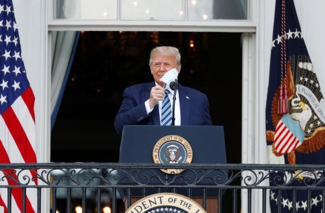 Tổng thống Mỹ Donald Trump tháo khẩu trang. (Ảnh: Reuters)