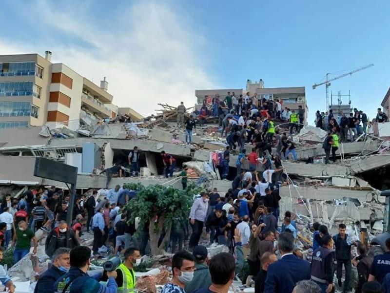 Người dân và đội cứu hộ đang tìm kiếm người bị mắc kẹt trong một tòa nhà bị sập ở Thổ Nhĩ Kỳ. Ảnh: REUTERS