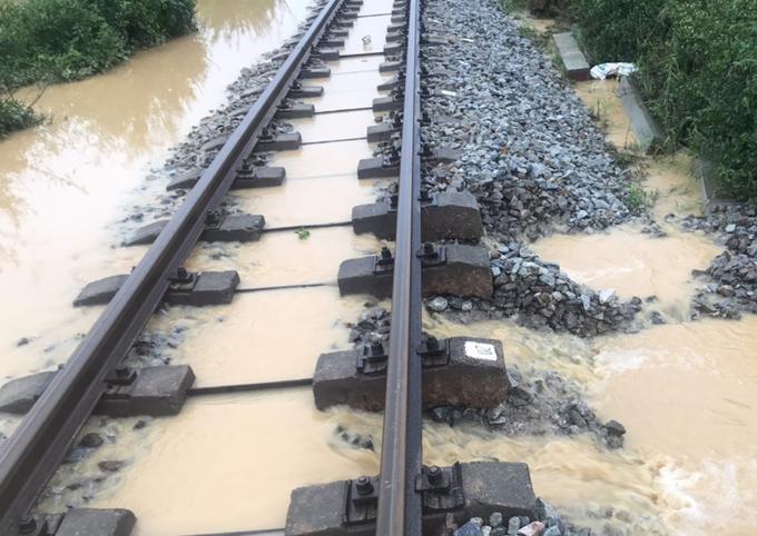 Ngày 18/10, nhiều đoạn đường sắt qua Quảng Bình, Quảng Trị bị ngập nước, xói lở.