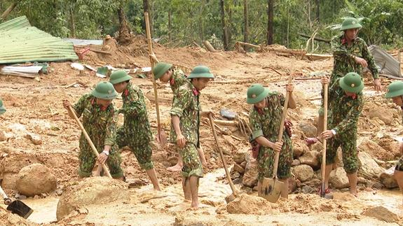 Bộ đội Quân khu 4 tiến hành tìm kiếm cứu nạn tại hiện trường.