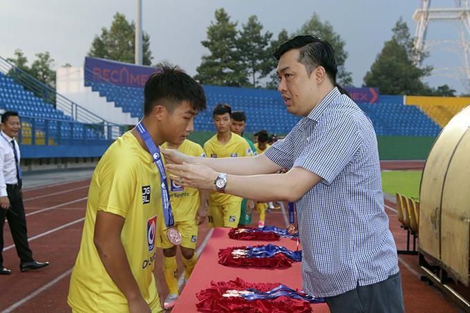 Phó chủ tịch LĐBĐ Việt Nam Cao Văn Chóng trao giải Đồng hạng ba cho SLNA.