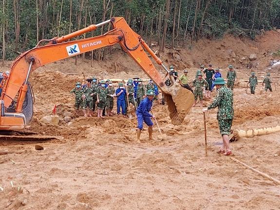Công tác cứu hộ, tìm kiếm người bị nạn tại tiểu khu 67. Ảnh: qdnd.vn.