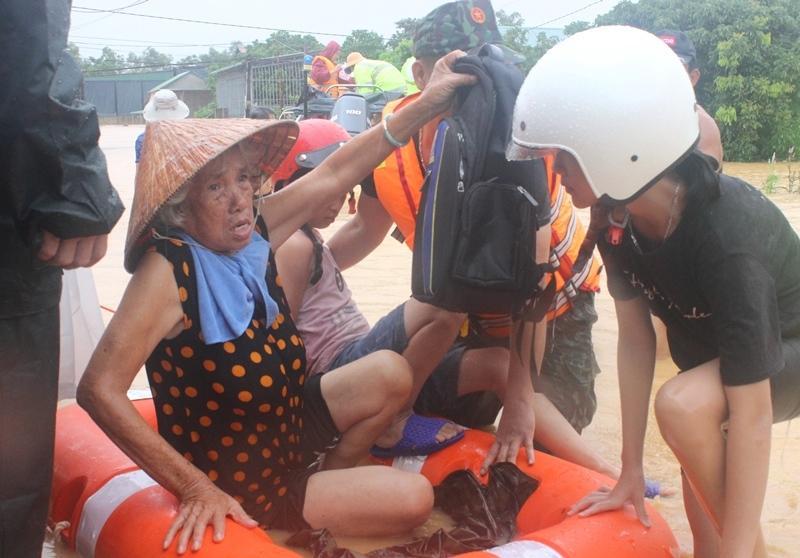 Lực lượng chức năng tỉnh Quảng Trị hỗ trợ di dời người dân đến nơi an toàn.