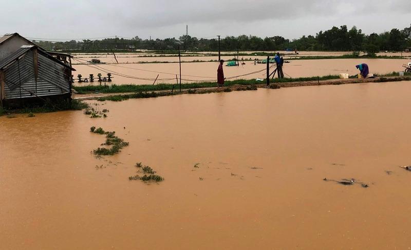gười dân xã Vĩnh Sơn (huyện Vĩnh Linh, Quảng Trị) xót xa nhìn hồ tôm bị lũ cuốn trôi trước ngày thu hoạch
