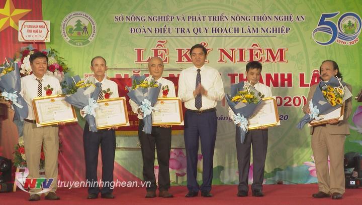 Trao bằng khen của UBND tỉnh cho các cá nhân có thành tích xuất sắc.
