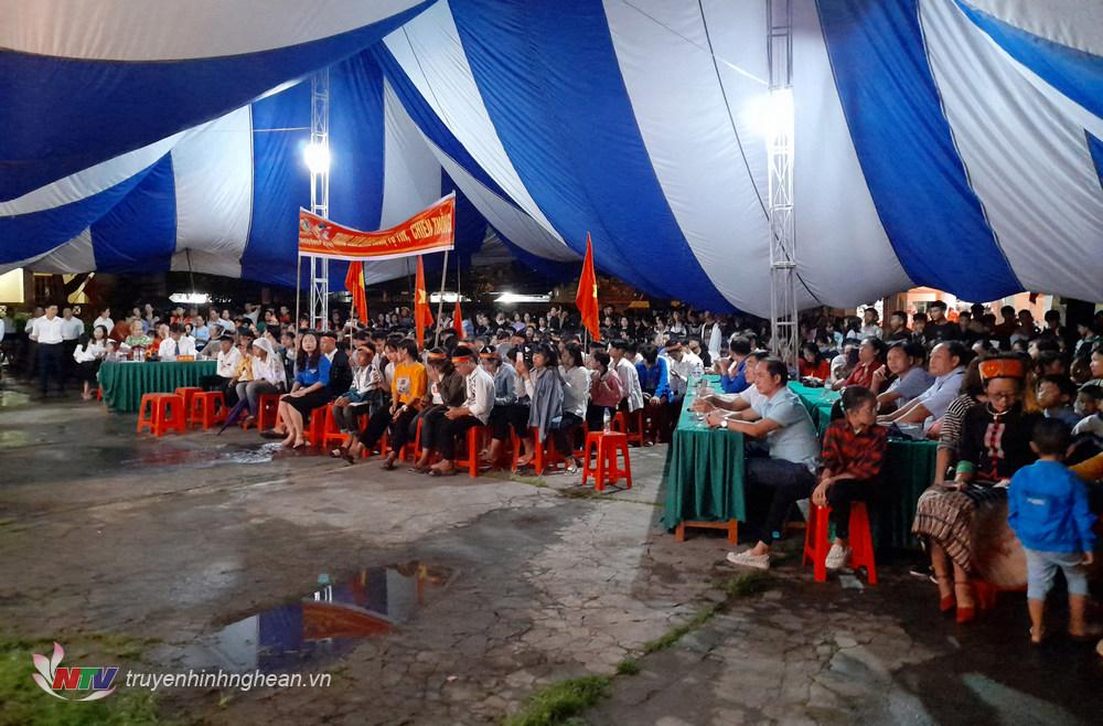 Đông đảo khán giả cổ vũ cho các thí sinh.