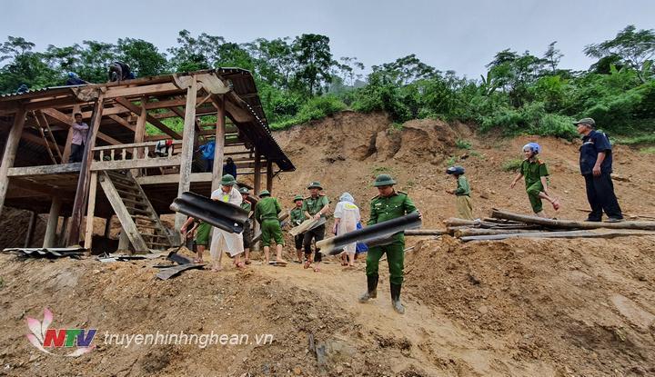 Lực lượng chức năng tổ chức  dỡ nhà, di dời các hộ dân ở khu vực có nguy cơ sạt lở.