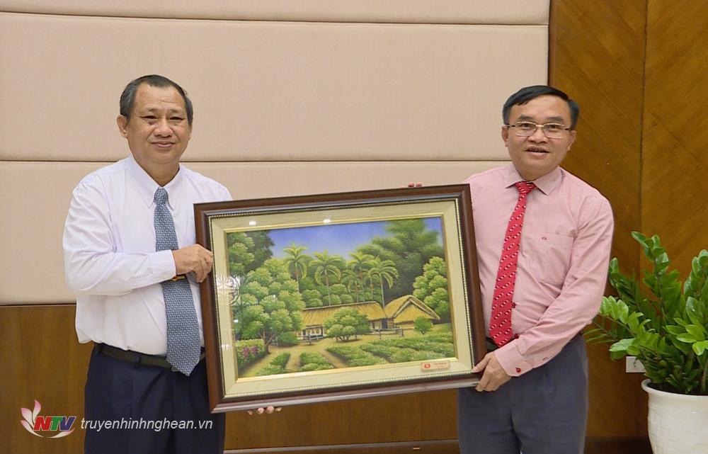 Tặng quà lưu niệm cho Đoàn đại biểu thanh niên Lào.