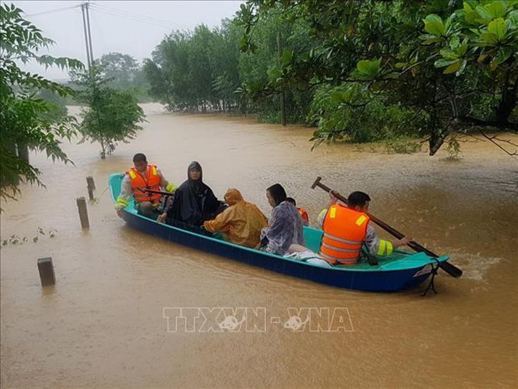 Di chuyển người dân ra khỏi khu vực ngập lũ tại huyện Cam Lộ (Quảng Trị).