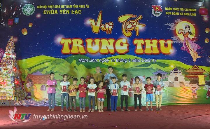 Phó Bí thư Thường trực Tỉnh ủy, Chủ tịch HĐND tỉnh Nguyễn Xuân Sơn tặng quà cho các cháu