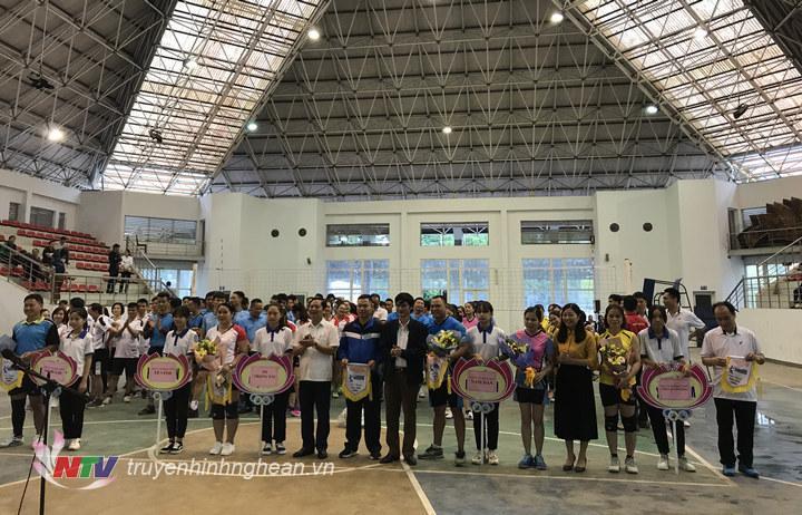 BTC trao cờ lưu niệm cho các đội tham gia giải đấu.