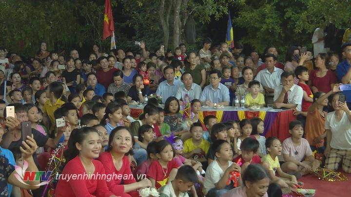 Các đại biểu chung vui cùng các cháu thiếu niên, nhi đồng nhân dịp Tết Trung thu.