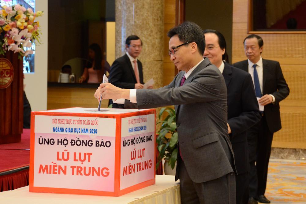 Phó Thủ tướng Vũ Đức Đam cùng các đại biểu ủng hộ, hỗ trợ cùng ngành giáo dục miền Trung vượt qua khó khăn.