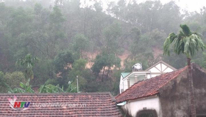 Chính quyền địa phương đã sơ tán 8 hộ dân trong khu vực nguy hiểm di dời đến nơi an toàn.