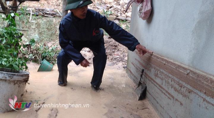 Ông Nguyễn Duy Quang - hộ dân bị ảnh hưởng trực tiếp bởi sạt lở chỉ