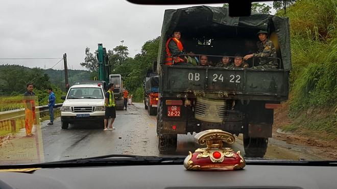 Lực lượng chức năng đang điều động phương tiện tiến hành giải tỏa, thông đường vào khu vực sạt lở
