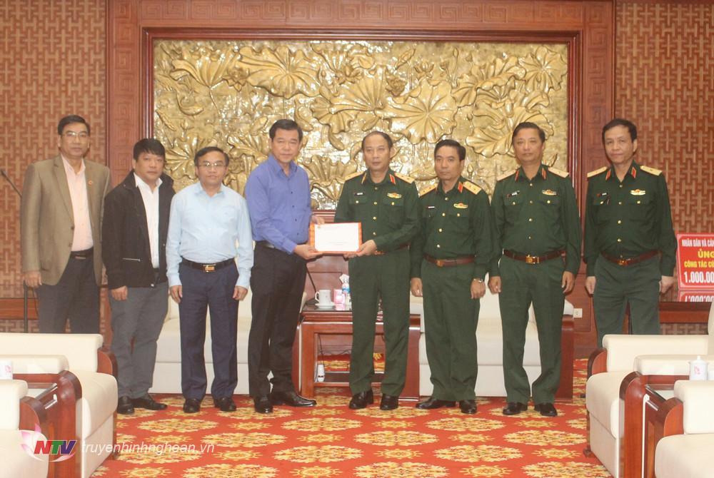 Đại diện Ban Dân vận Trung ương trao hỗ trợ cho Bộ tư lệnh Quân khu 4