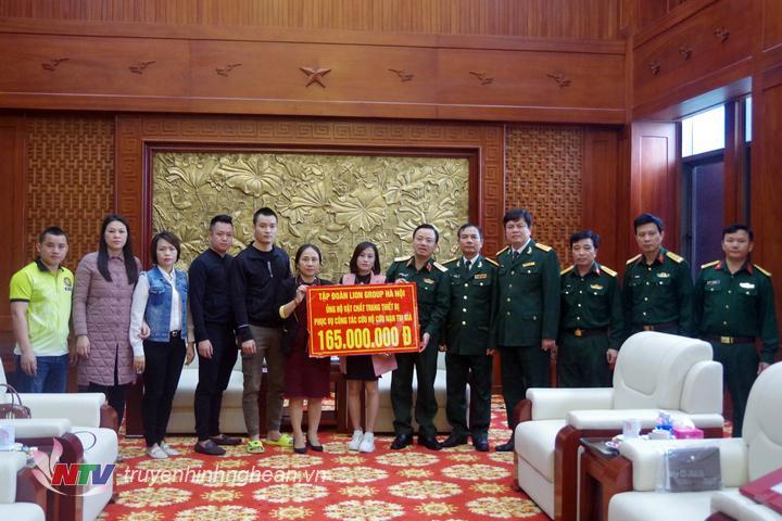 Thiếu tướng Nguyễn Anh Tuấn, Phó tư lệnh Quân khu chủ trì đón và tiếp nhận hàng hỗ trợ.