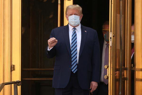 Tổng thống Mỹ Donald Trump khi rời Quân y viện Walter Reed để về Nhà Trắng tiếp tục điều trị COvid-19 hôm 5/10. Ảnh: Reuters