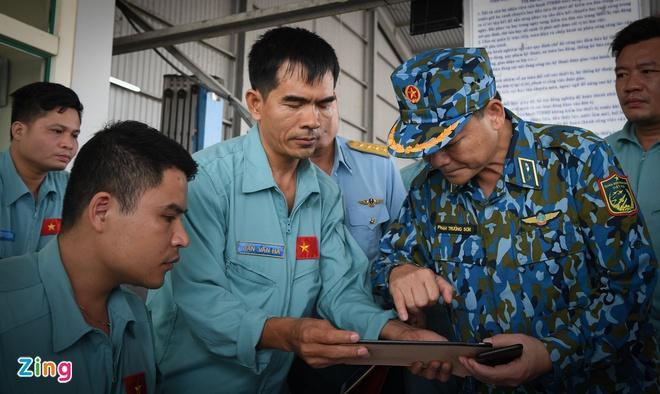 Thiếu tướng Phạm Trường Sơn hội ý với đội ứng cứu.