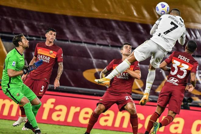 Ronaldo bay cao trước Roma.