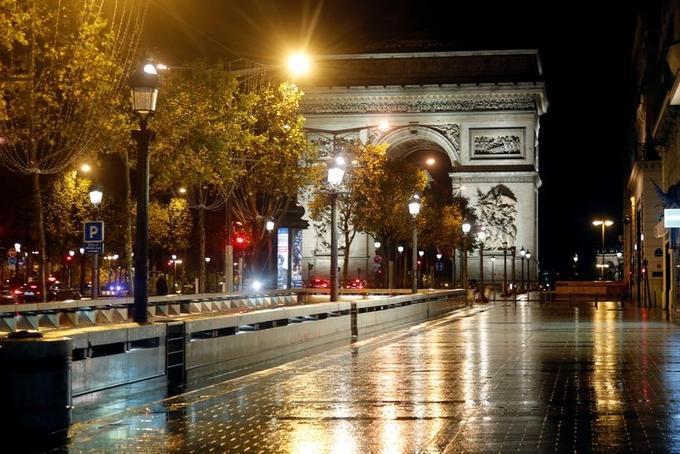 Khải Hoàn Môn không người qua lại khi Paris áp lệnh giới nghiêm ban đêm hôm 27/10. Ảnh: Reuters.