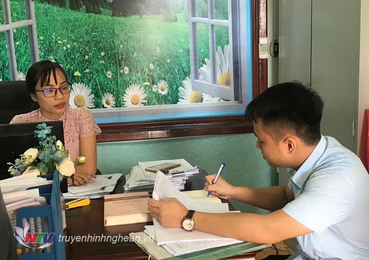 Cán bộ Sở Nội vụ kiểm tra thủ tục hành chính tại Phòng Văn hóa Thông tin huyện Tân Kỳ.