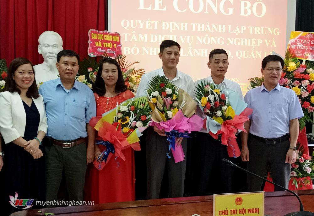 Tặng hoa cho Ban Giám đốc Trung tâm Dịch vụ Nông nghiệp huyện.