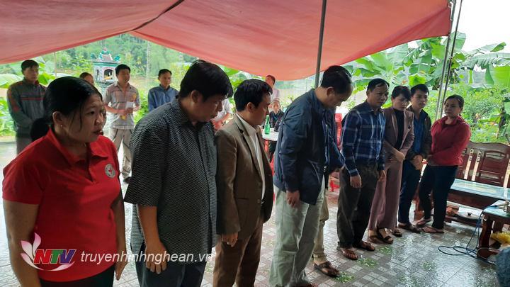 Đoàn công tác thăm viếng nạn nhân đuối nước do mưa lũ trên địa bàn.