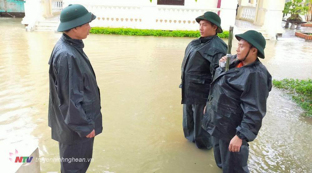 Thượng tá Lê Tất Thắng đang giao nhiệm vụ cho Thiếu tá Nguyễn Cảnh Cường và Đại úy Đinh Văn Trung trước khi theo đoàn công tác vào cứu hộ, cứu nạn tại Nhà máy tủy điện Rào Trăng 3.