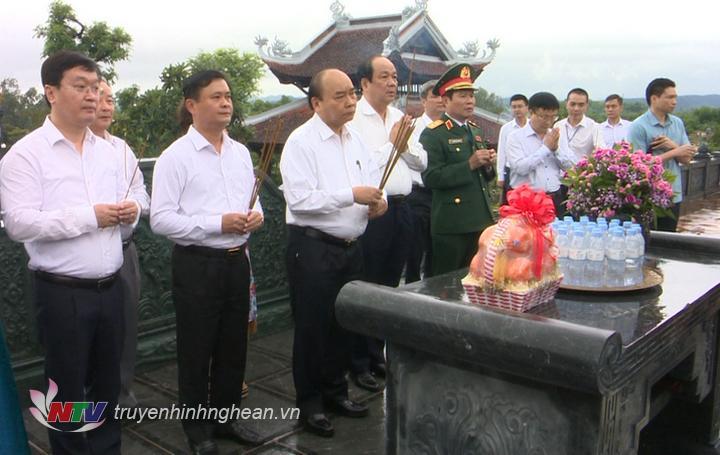 Thủ tướng Chính phủ Nguyễn Xuân Phúc dâng hương tại Đền Chung Sơn.