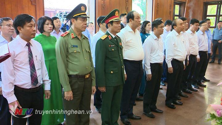 Thủ tướng Chính phủ Nguyễn Xuân Phúc và đoàn công tác tưởng nhớ Chủ tịch Hồ Chí Minh.