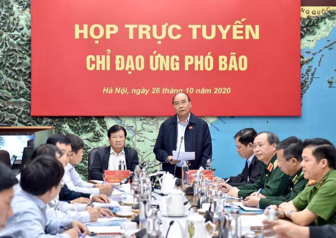 Thủ tướng Nguyễn Xuân Phúc điều hành cuộc họp trực tuyến với các địa phương để ứng phó bão.