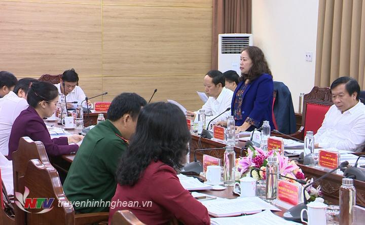 Trưởng ban Tuyên giáo Tỉnh ủy Nguyễn Thị Thu Hường báo cáo tại cuộc họp.