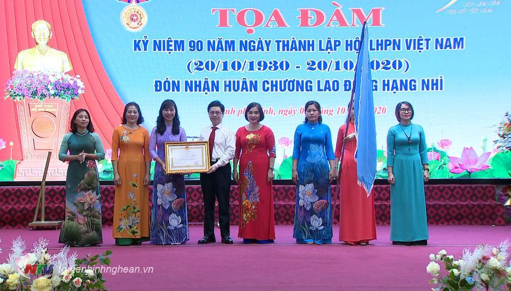 Hội Liên hiệp Phụ nữ tỉnh Nghệ An đón nhận Huân chương Lao động hạng Nhì của Chủ tịch nước.