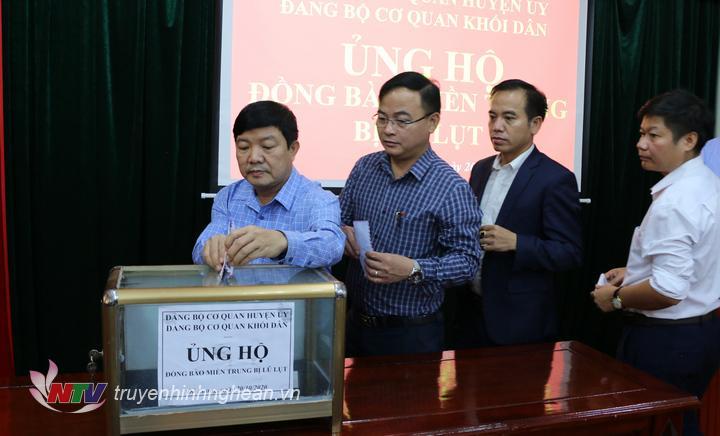 Cán bộ cơ quan huyện ủy và cơ quan khối dfaan huyện Đô Lương ủng hộ đồng bào miền trung bị lũ lụt.