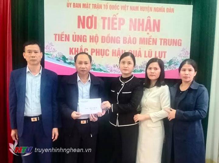 Đại diện UBMTTQ huyện tiếp nhận ủng hộ.