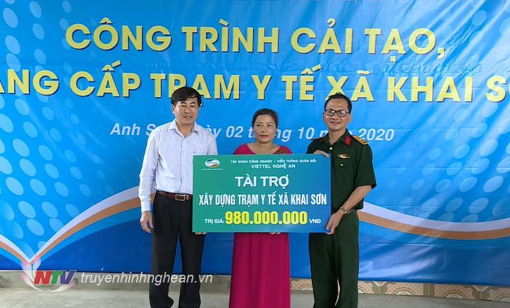 Đại diện Viettel trao tặng biển tài trợ.